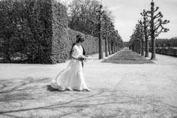 Laufendes Brautpaar, schwarz weiß Foto von Hochzeitsfotograf Julia im Schloß Bamberg