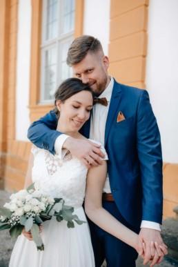 Umarmung Braut und Bräutigam, fotografiert von Hochzeitsfotograf aus Bamberg Julia Reif