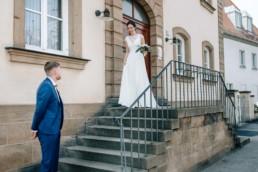 Emotionaler First Look bei der standesamtlichen Trauung von Naomi und Steffen in Bamberg
