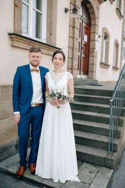 Hochzeitspaar wartet vorm Standesamt Bamberg