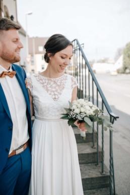 Brautpaar mit Brautstrauß vorm Standesamt in Bamberg, fotografiert von Julia Reif