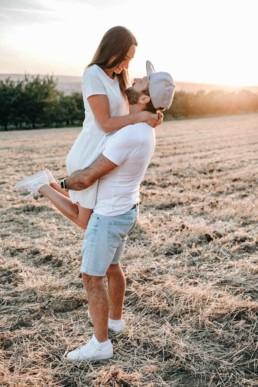 Sonnenuntergang Hebefigur Walberla Verlobungsshooting Paar